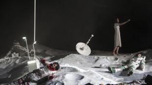 """Cenário lunar de """"La Bohème"""", na Ópera Bastilha, em Paris."""