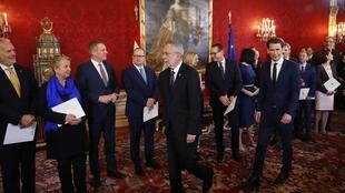 O presidente austríaco Alexander van der Bellen e o chefe de governo Sebastian Kurz durante a cerimônia de posse do novo governo.