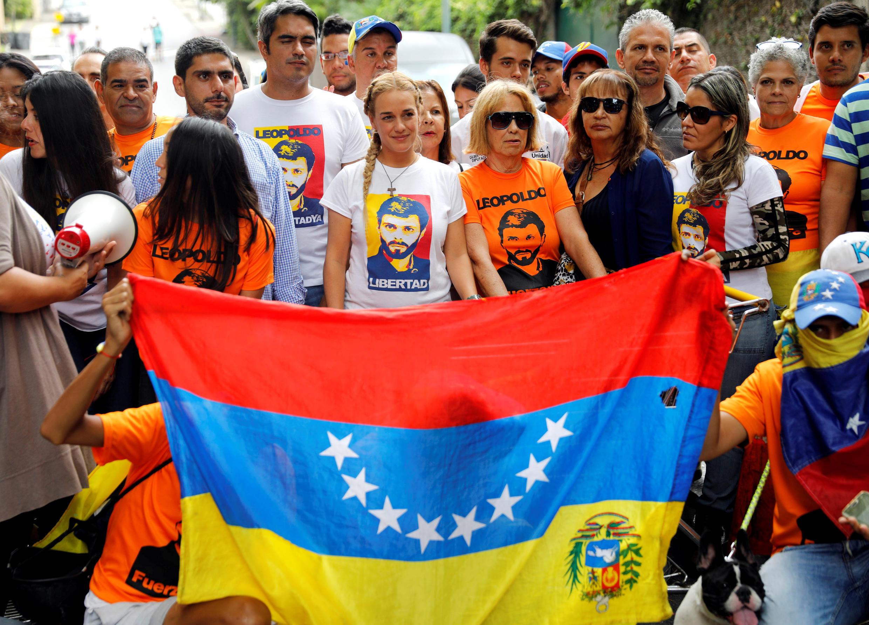 Bà Lilian Tintori (áo trắng, hàng đầu), vợ của lãnh đạo phe đối lập Leopoldo Lopez hiện đang bị quản thúc tại gia, chụp ảnh cùng người ủng hộ trước cửa nhà họ tại Caracas, ngày 10/07/2017.