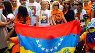 Lilian Tintori (ao centro), mulher do líder da oposição Leopoldo Lopez atualmente em prisão domiciliar, entre os partidários do plebiscito contra a Assembleia Constituinte convocada por Maduro.