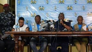 Mwenyekiti wa Tume ya Uchaguzi nchini Sierra Leone Mohamed Nfa'ali Conteh,akitanagza matokeo ya mwisho ya urais Machi 13 2018 jijini Freetown