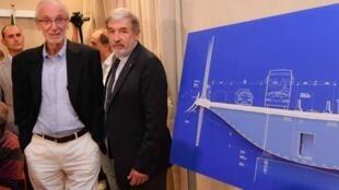 L'architecte italien Renzo Piano (à gauche) et le maire de Gênes Marco Bucci posent à côté du projet de nouveau pont, lors d'une conférence de presse à Gênes, le 7 septembre 2018.