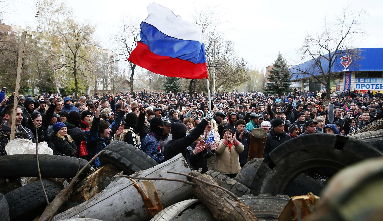 Manifestants pro-russes face au siège local de la police à Slaviansk, le 12 avril 2014.