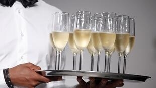 Apesar da crise, franceses vão festejar a chegada de 2014 em restaurantes.