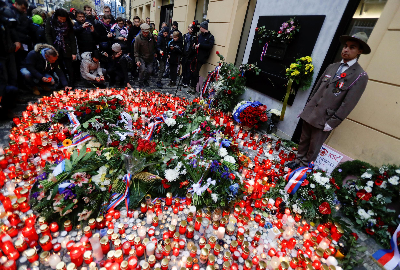 Người dân CH Séc thắp nến kỷ niệm 28 năm Cách Mạng Nhung, tại Praha, ngày 17/11/2017.