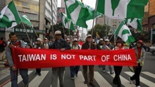 Des manifestants brandissent une bannière contre le rapprochement entre Taiwan et la Chine, le 20 décembre 2009.
