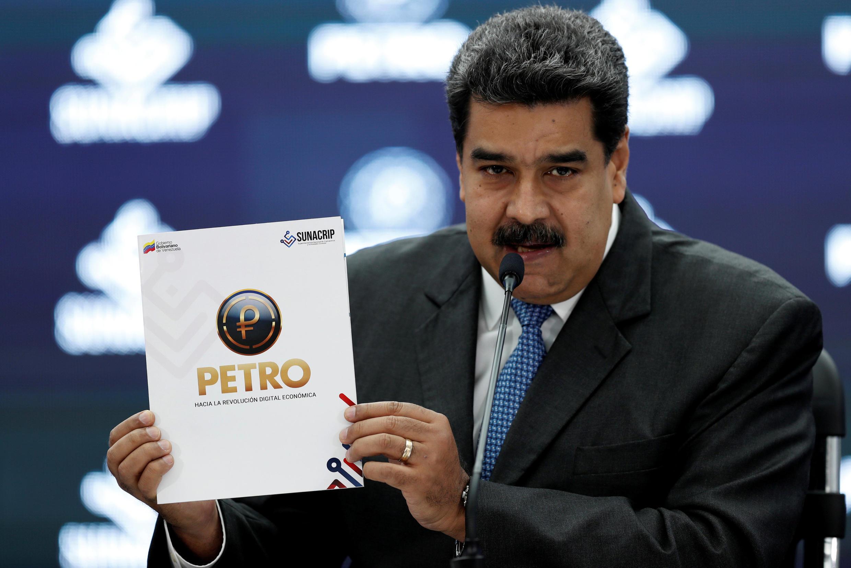 Nicolas Maduro présente le livre blanc du petro pour son lancement à l'international.
