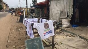 IMAGE Dans les rues de Yopougon, les militants peuvent acheter des t-shirts à l'effigie de Laurent Gbagbo, Abidjan, le 16 juin 2021.