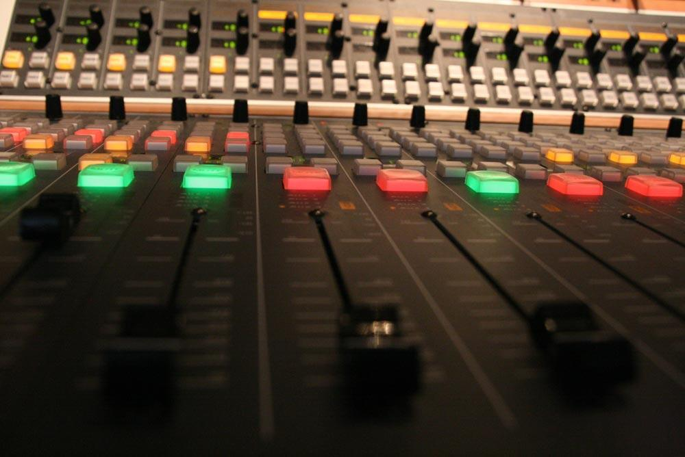 RFI Planète Radio permet d'aider les radios locales en offrant de l'information et du lien social à des populations vivant dans des zones reculées.