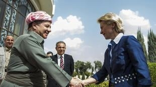 La ministre allemande de la Défense, Ursula von der Leyden, est accueillie par le leader des Kurdes irakiens, Massoud Barzani, à Erbil, le 25 septembre 2014.