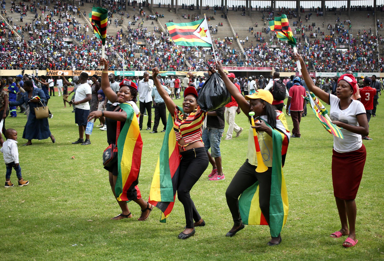 Des Zimbabwéens célèbrent l'investitutre de leur nouveau président, au stade d'Harare, le 24 novembre 2017.