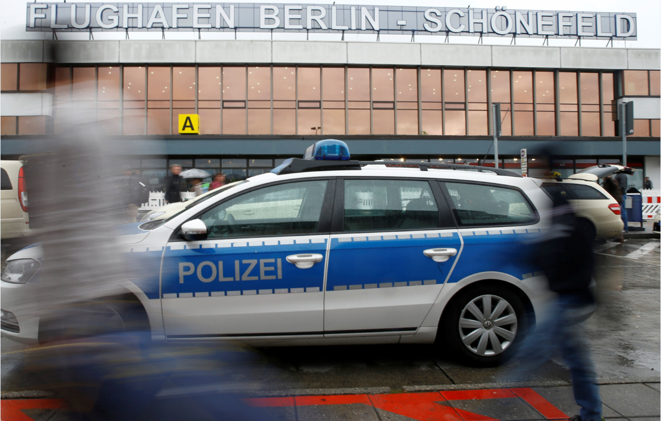 Полицейский автомобиль у аэропорта Берлин-Шенефельд, 9 октября 2016 г.