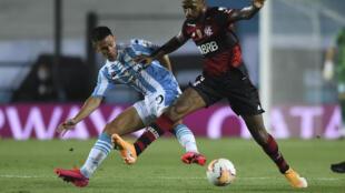 Matias Rojas (I) de Racing Club, disputa el balón con el brasileño Gerson (D) de Flamengo en partido de octavos de final de la Copa Libertadores jugado en el estadio Presidente Perón en Avellaneda, Buenos Aires, el 24 de noviembre de 2020
