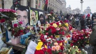 2014年2月23日,烏克蘭民眾在基輔市中心獻花,悼念這場革命中的死難者。