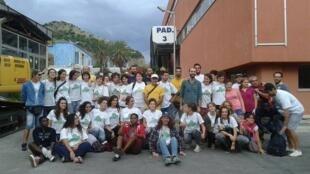 La toute jeune communauté Emmaüs de Palerme, devant le squat associatif de La Fiera.