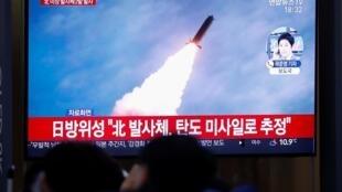 Des Sud-Coréens regardent à la télévision le lancement d'un projectile nord-coréen non identifié (image d'illustration).