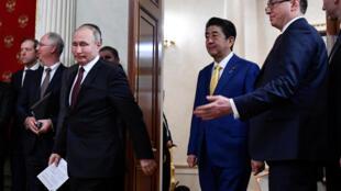 Синдзо Абэ (справа) и Владимир Путин в Кремле, 22 января 2019 г.
