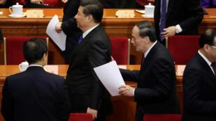 今年全国政协会议开幕式上,王岐山追上习近平一边交谈一边离开会场。