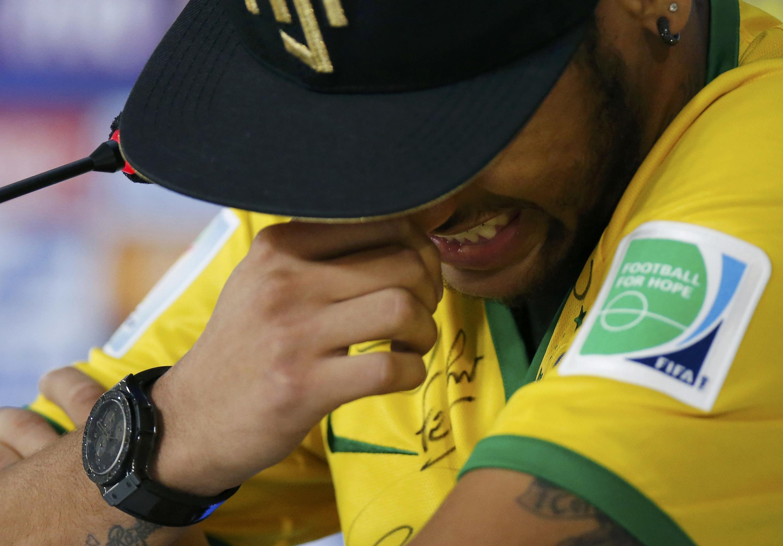 Neymar se emociona ao falar de lesão.