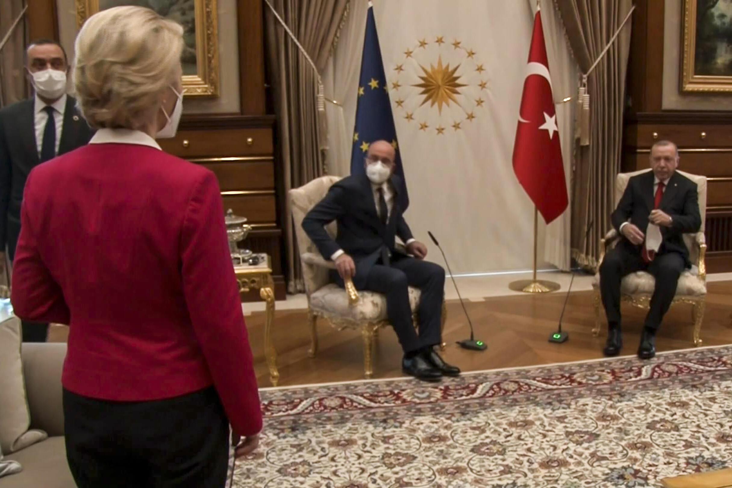 El presidente turco Recep Tayyip Erdogan (dcha) junto al presidente del Consejo Europeo, Charles Michel, y la presidenta de la Comisión Europea, Ursula von der Leyen (izq), en Ankara, el 6 de abril de 2021