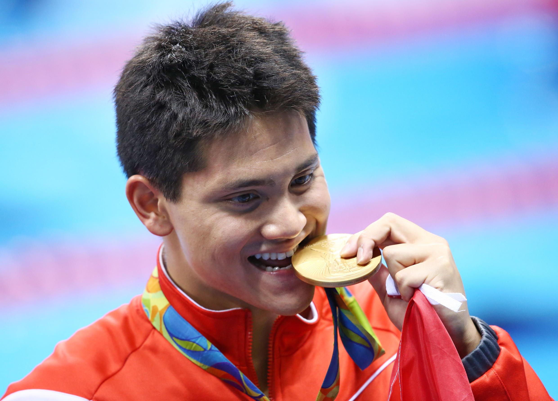 VĐV bơi lội Singapore Joseph Schooling, người vượt qua kình ngư Mỹ Michael Phelps, giành huy chương vàng bơi 100 m nam tại Rio 2016, ngày 12/08/2016.