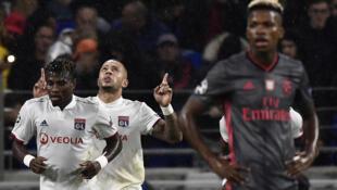 Jogadores do Lyon festejam triunfo perante a decepção dos encarnados.