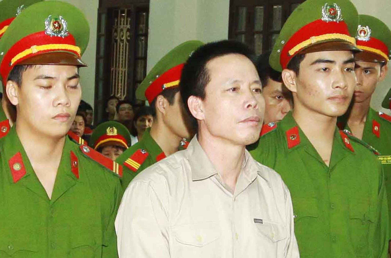 Ông Đoàn Văn Vươn (giữa) tại phiên tòa Hải Phòng, 05/04/2013 - REUTERS /Doan Tan