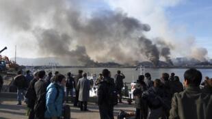 Des Sud-Coréens observent au loin les importantes colonnes de fumée montant de l'île de Yeonpyeong, le 23 novembre 2010.