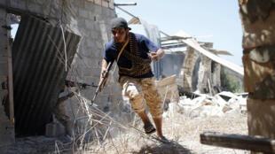 Des combattants alliés au gouvernement d'union nationale combattent le groupe Etat islamique à Syrte, le 31 juillet 2016.