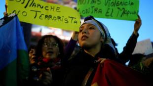 Una mapuche participa en una manifestación para exigir justicia por los prisioneros mapuches en Chile, manifestación del 26 de septiembre de 2017.