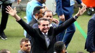 Argentina critica a presença de Bolsonaro no estádio Mineirão durante jogo contra o Brasil.