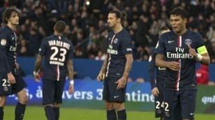 Reação dos jogadores do PSG depois do 2° gol do Caen. (14/02)