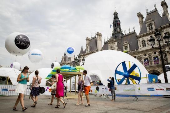 Exposição Innov'Climat na praça da Prefeitura de Paris