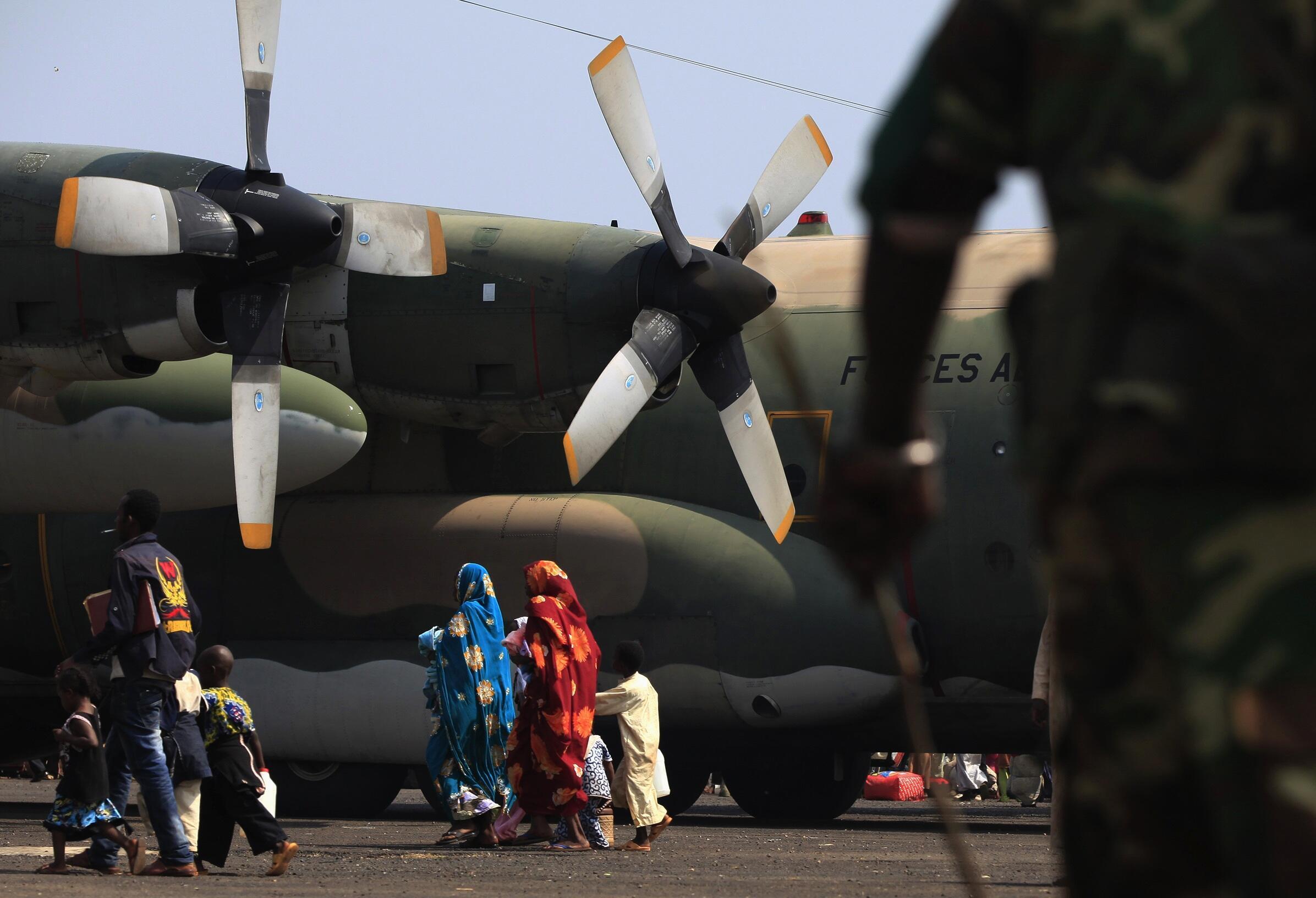 Raia wa Chad wakiwa uwanja wa ndege tayari kuondoka mjini Bangui