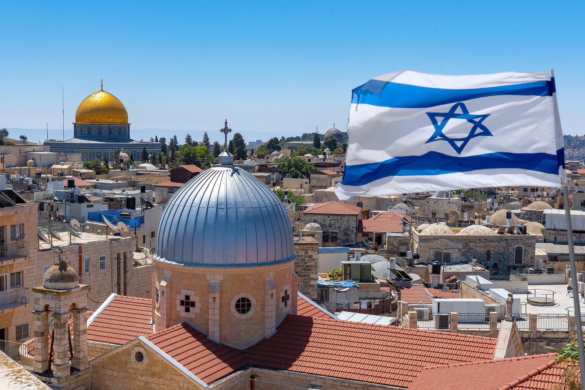 Un drapeau israélien flotte sur la ville de Jérusalem. La «Marche des drapeaux» qui se tient généralement en mai, a été reportée, mais elle n'aura finalement pas lieu ce jeudi 10 juin (image d'illustration).