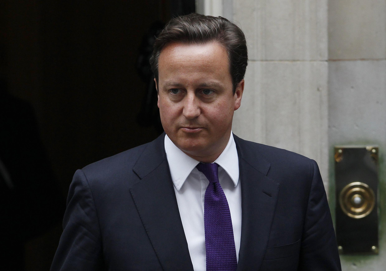 Cameron sale de Downing Street para ir al Parlamento para dar explicaciones sobre los disturbios. Londres el 11 de agosto de 2011.