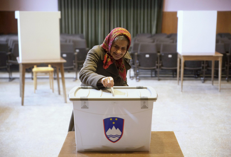 Один из участков голосования на референдуме по вопросу предоставления однополым правам права регистрировать брак, Словения, 20 декабря 2015 г.
