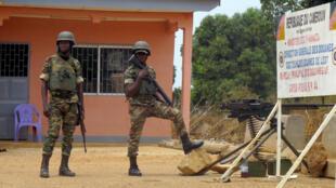 Des soldats camerounais, au poste de frontière de Garoua-Boulai, dans l'est du Cameroun, ville près de laquelle la prise d'otage a eu lieu en mars 2015.