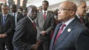 Shugaban Zimbabwe kuma shugaban AU Robert Mugabe (Hagu), Shugaban Zambien Edward Lungu da Shugaban Afirka ta Kudu Jacob Zuma (Dama).