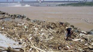 Rác trên sông Dương Tử gần đập Tam Hiệp. Ảnh chụp ngày 01/08/2010. REUTERS/China Daily