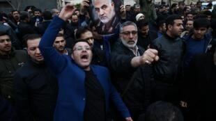 Manifestation devant le bureau des Nations unies à Téhéran, le 3 janvier 2020, pour protester contre la mort du général Qassem Soleimani tué par des frappes aériennes sur Bagdad, en Irak.