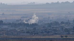 Imagem de 18 de Outubro, tirada do lado turco da fronteira e a mostrar fumo na cidade de Ras al-Ain, um dia depois de a trégua ter sido acordada.