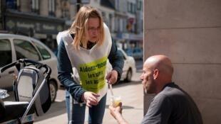 Voluntário do Secours Catholique presta ajuda a um sem teto em Soisson, no norte da França.