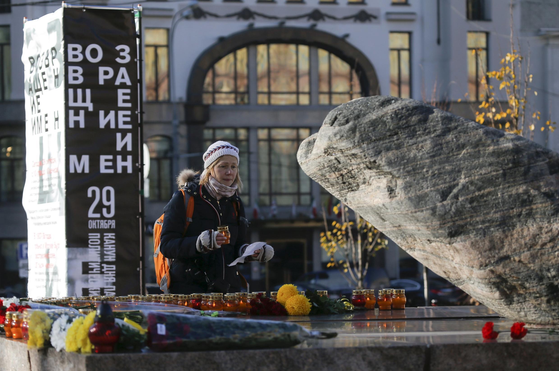 Thắp nến tưởng niệm các nạn nhân trại Gulag Solovetsky ngày 29/10/2015 tại Matxcơva, trước tảng đá lấy từ trại này.