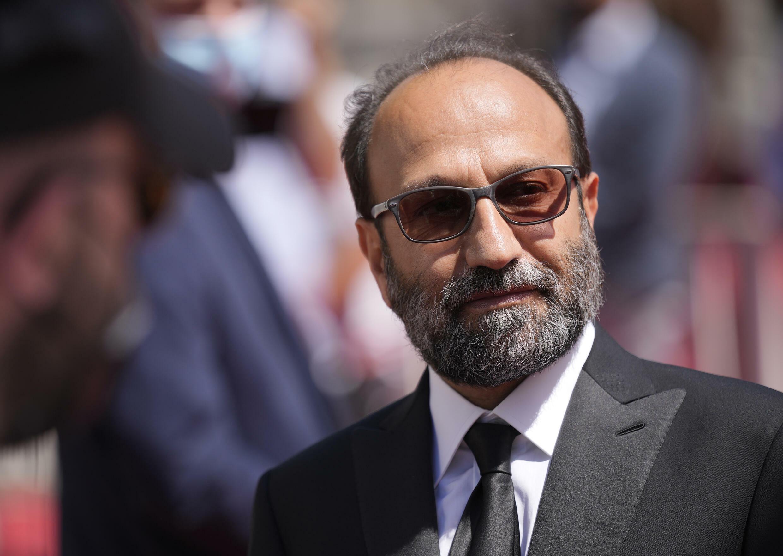 O diretor iraniano Asghar Farhadi posa para fotos no tapete vermelho de Cannes (13/7/2021).