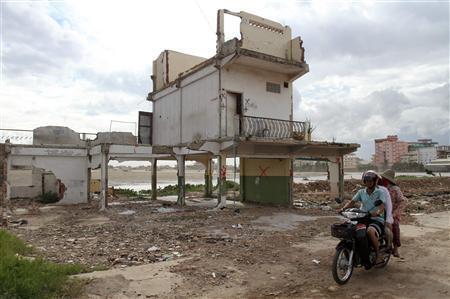 Mất đất, một con đường dẫn đến nghèo đói. Trong ảnh, vùng hồ Boeung Kak, gần thủ đô Phnom Penh, bị trưng thu để bán cho nhà đầu tư Trung Quốc, 31/08/2011.