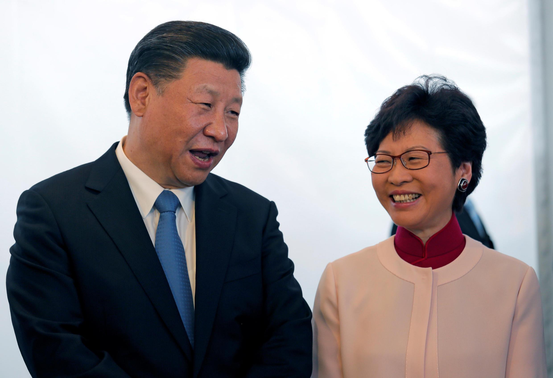 O presidente chinês, Xi Jinping, com a futura dirigente de Hong Kong, Carrie Lam, durante uma visita nesta quinta-feira (29) ao distrito de West Kowloon, em Hong Kong.