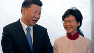 Xi Jinping y la jefa del ejecutivo Carrie Lam, en Hong Kong el 29 de junio de 2017.