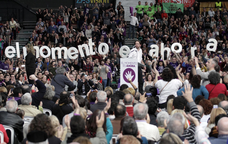 """Le leader du parti Podemos, Pablo Iglesia, (en référence au """"We can"""" américain) prononçant un discours lors d'un meeting à Valence en Espagne, le 25 janvier 2015."""