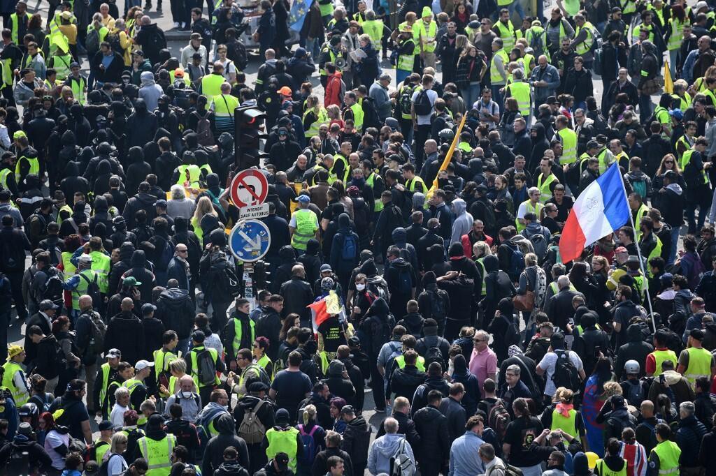 Black blocs se espalham em meio à manifestação de coletes amarelos de 1° de Maio.